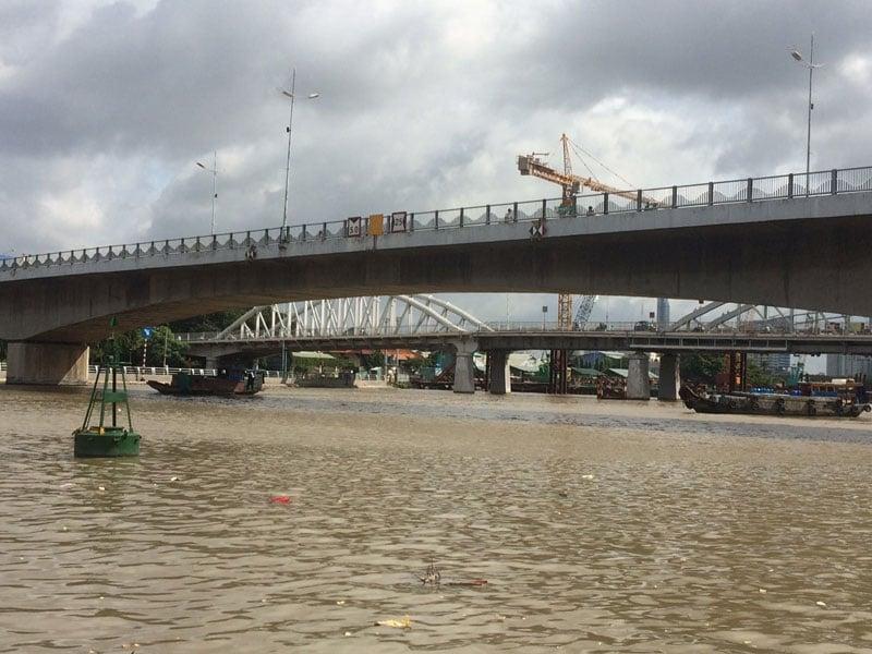 Chìm sà lan 500 tấn do va chạm, ba người nhảy sông thoát nạn 1