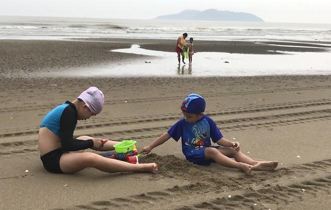 Bất chấp bão Sơn Tinh đang tiến vào, du khách vẫn xuống biển Cửa Lò tắm trong mưa 11
