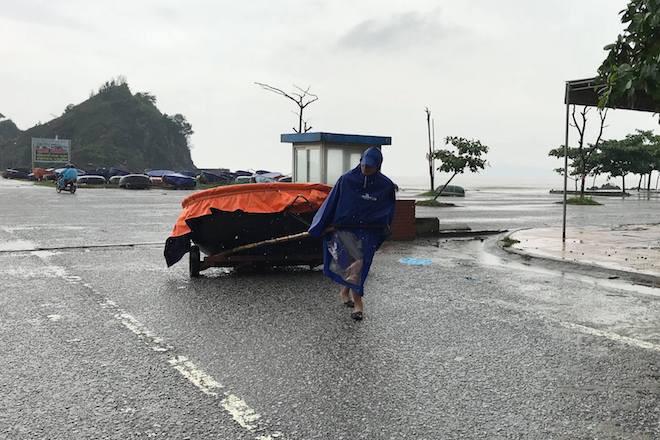 Bất chấp bão Sơn Tinh đang tiến vào, du khách vẫn xuống biển Cửa Lò tắm trong mưa 7