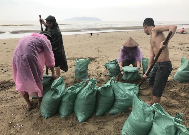 Bất chấp bão Sơn Tinh đang tiến vào, du khách vẫn xuống biển Cửa Lò tắm trong mưa 3
