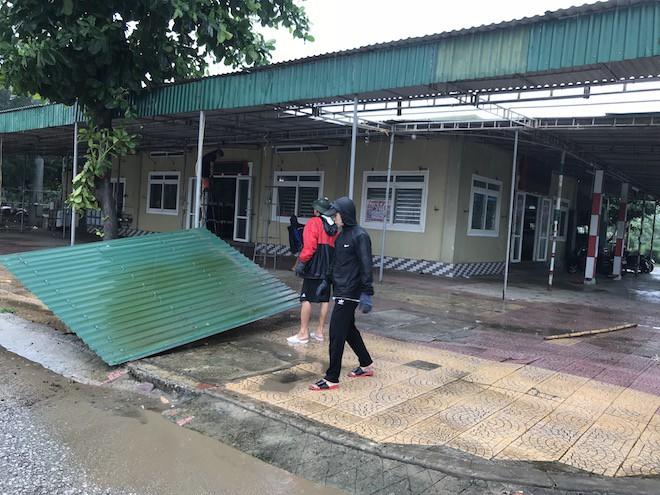 Bất chấp bão Sơn Tinh đang tiến vào, du khách vẫn xuống biển Cửa Lò tắm trong mưa 2