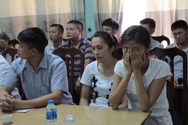 Vụ trao nhầm con ở Ba Vì: Người mẹ bật khóc trong buổi lễ trao nhận con 1