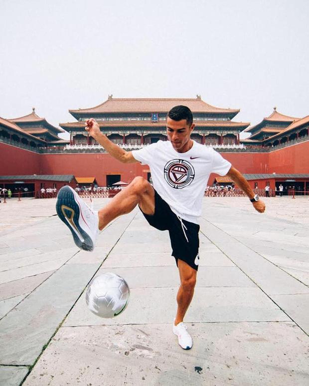Ronaldo gây náo loạn ở Trung Quốc, một fan nhí khóc ngất 1
