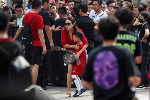Ronaldo gây náo loạn ở Trung Quốc, một fan nhí khóc ngất 3