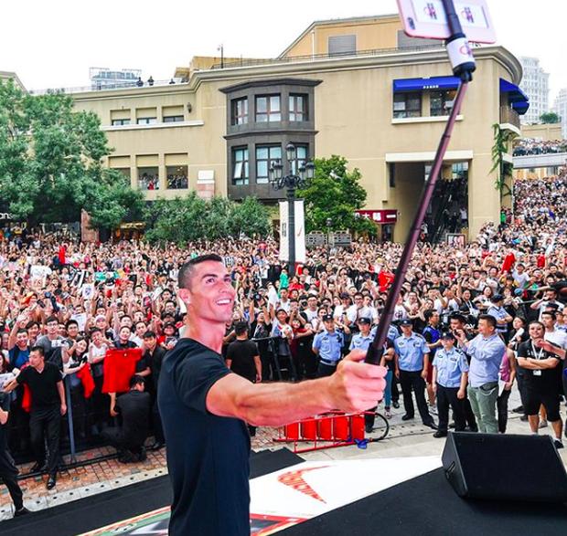 Ronaldo gây náo loạn ở Trung Quốc, một fan nhí khóc ngất 2