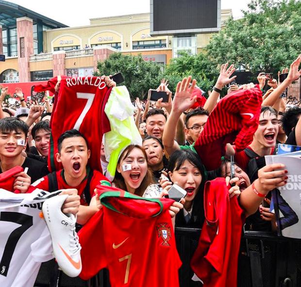 Ronaldo gây náo loạn ở Trung Quốc, một fan nhí khóc ngất 4