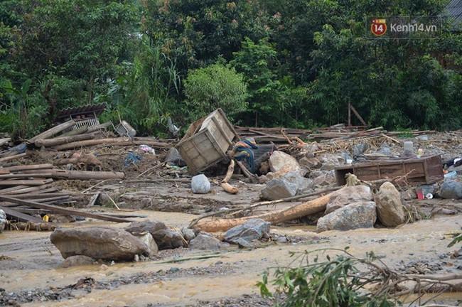 Hàng trăm cán bộ chiến sĩ quân đội ứng cứu dọn dẹp tại ngôi làng bị lũ quét tại Yên Bái 2
