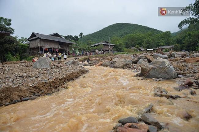 Hàng trăm cán bộ chiến sĩ quân đội ứng cứu dọn dẹp tại ngôi làng bị lũ quét tại Yên Bái 3