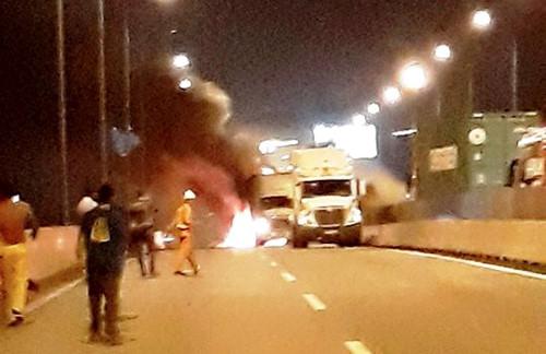 Ôtô tông xe container trên cao tốc Long Thành rồi cháy dữ dội, 2 người chết 4