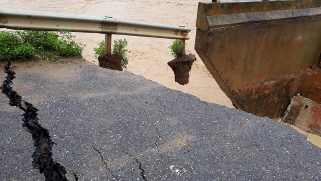 Clip: Lũ cuồn cuộn đổ về cắt đôi chân cầu tại Phú Thọ 2