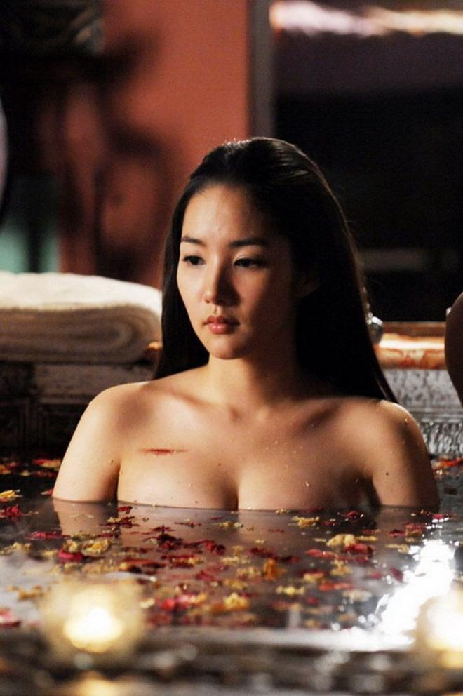 Cận cảnh nhan sắc nóng bỏng ngoài đời của thư ký Kim đang gây sốt - Ảnh 9.