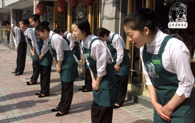 7 nghi thức giao tiếp kỳ lạ của người Nhật: Không được chạm vào người nhau, hôn nhau nơi công cộng từng bị bỏ tù 7