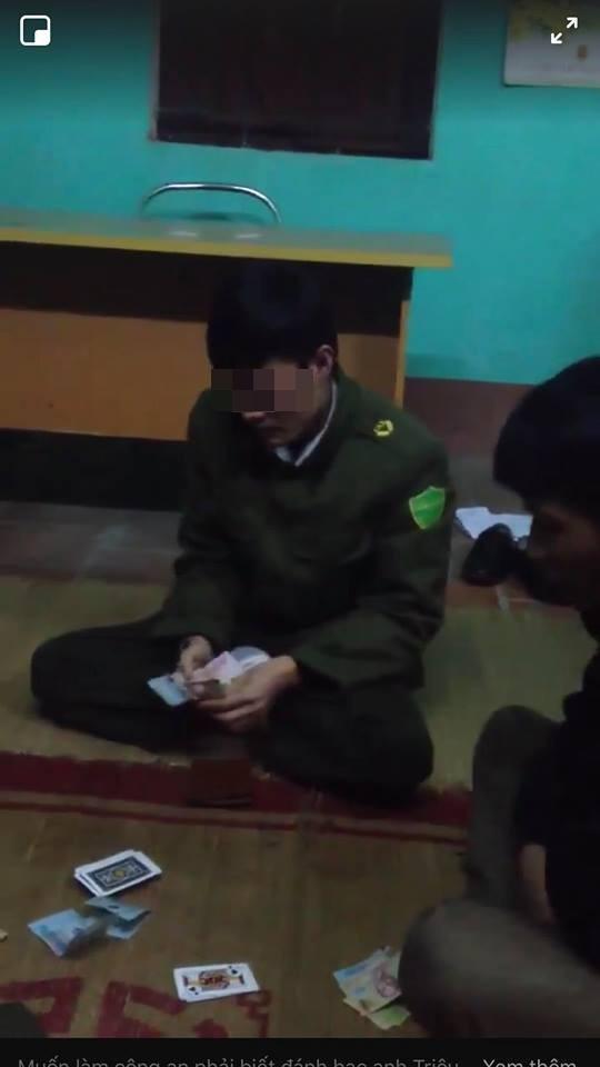Xôn xao clip công an xã đánh bài ăn tiền tại trụ sở 1