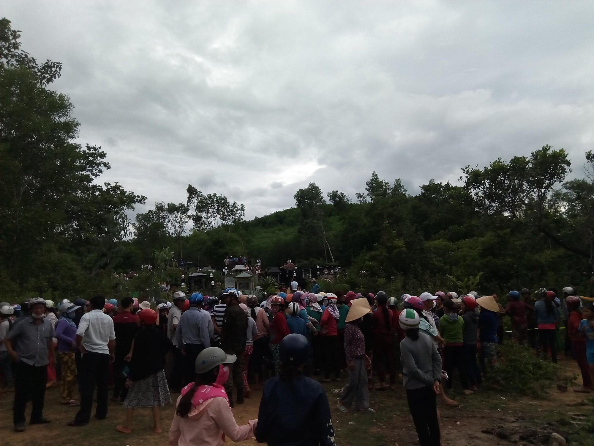Hiện trường thảm án kinh hoàng 3 người tử vong nghi bị sát hại trong nghĩa địa ở Bình Định - Ảnh 3.