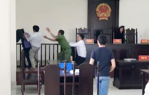 Kiểm sát viên và phóng viên bị hành hung trong phiên tòa: Lấy lời khai các đối tượng liên quan 3