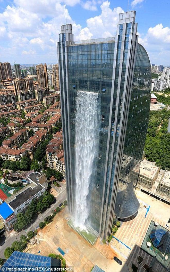 Chiêm ngưỡng thác nước khổng lồ đổ từ tòa nhà chọc trời xuống đất giữa lòng thành phố Trung Quốc 2