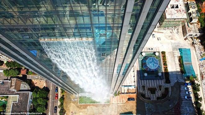 Chiêm ngưỡng thác nước khổng lồ đổ từ tòa nhà chọc trời xuống đất giữa lòng thành phố Trung Quốc 5