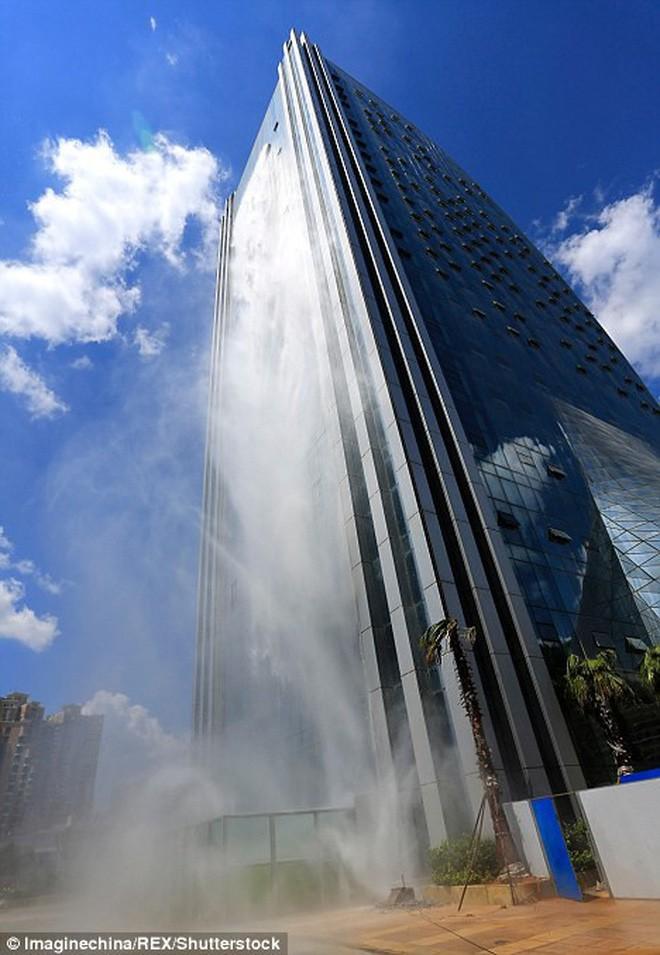 Chiêm ngưỡng thác nước khổng lồ đổ từ tòa nhà chọc trời xuống đất giữa lòng thành phố Trung Quốc 6