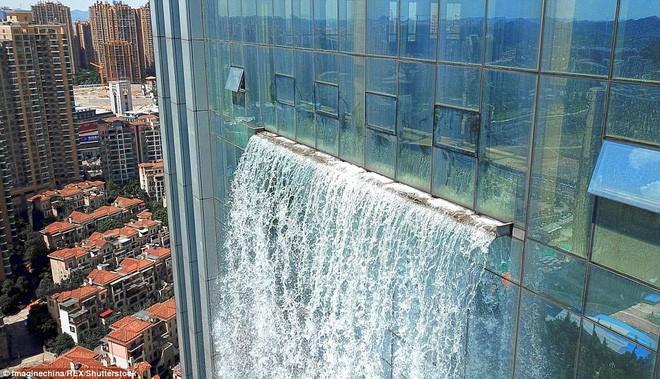 Chiêm ngưỡng thác nước khổng lồ đổ từ tòa nhà chọc trời xuống đất giữa lòng thành phố Trung Quốc 7