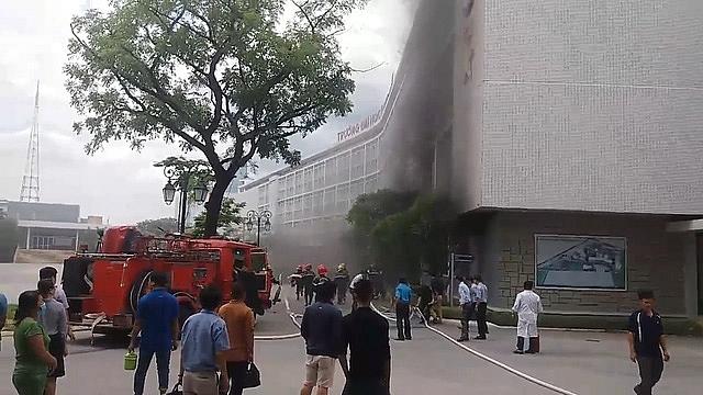 Trường Đại học Y Dược Huế bốc cháy, khói mù mịt cả dãy nhà 1