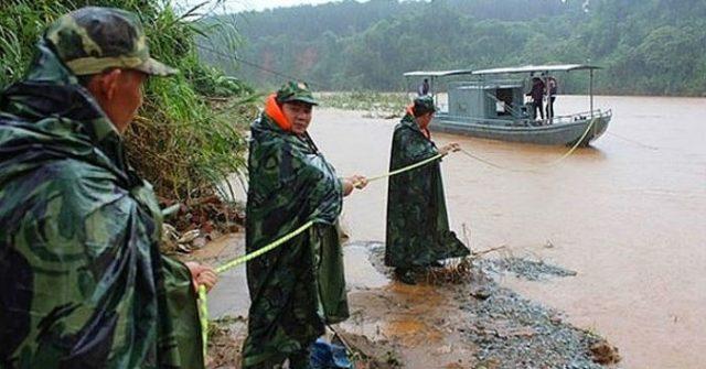 4 cán bộ thủy văn tỉnh Kon Tum bị kẹt giữa dòng nước lớn suốt 8 giờ 1