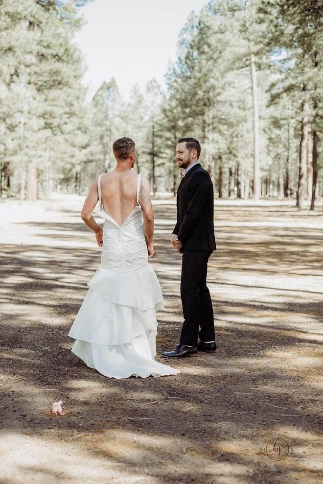 Chú rể hồi hộp đợi cô dâu xuất hiện nhưng khi quay người lại anh bỗng thấy một người đàn ông mặc váy cưới cười rạng rỡ 2
