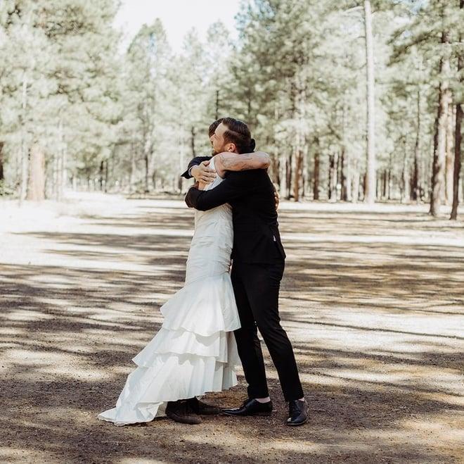 Chú rể hồi hộp đợi cô dâu xuất hiện nhưng khi quay người lại anh bỗng thấy một người đàn ông mặc váy cưới cười rạng rỡ 4