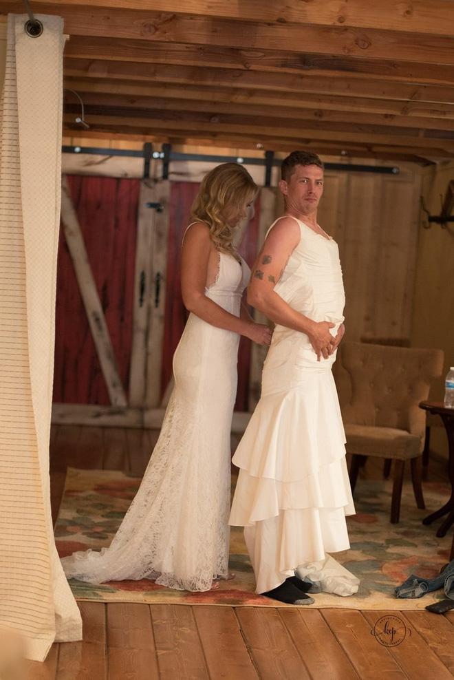 Chú rể hồi hộp đợi cô dâu xuất hiện nhưng khi quay người lại anh bỗng thấy một người đàn ông mặc váy cưới cười rạng rỡ 5