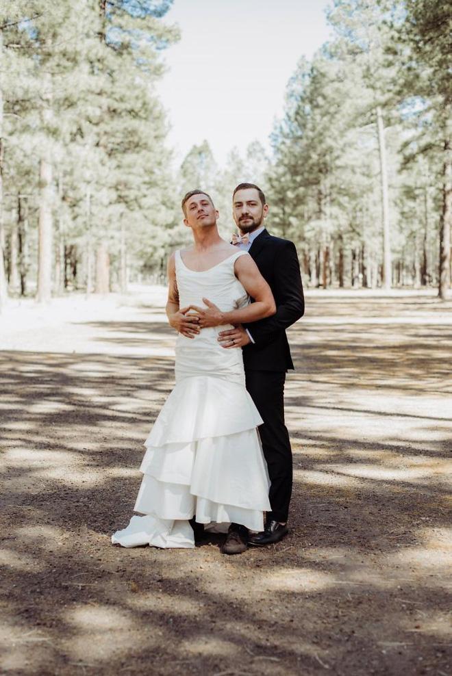 Chú rể hồi hộp đợi cô dâu xuất hiện nhưng khi quay người lại anh bỗng thấy một người đàn ông mặc váy cưới cười rạng rỡ 6
