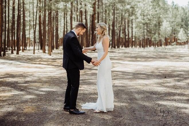 Chú rể hồi hộp đợi cô dâu xuất hiện nhưng khi quay người lại anh bỗng thấy một người đàn ông mặc váy cưới cười rạng rỡ 7