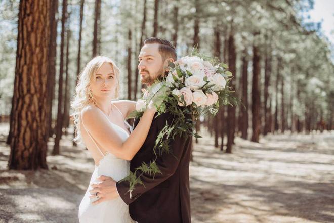 Chú rể hồi hộp đợi cô dâu xuất hiện nhưng khi quay người lại anh bỗng thấy một người đàn ông mặc váy cưới cười rạng rỡ 8