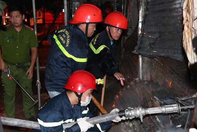 Cháy chợ Gạo Hưng Yên: Tiểu thương chỉ biết nhìn nhau khóc trước đống hoang tàn, đổ nát 6