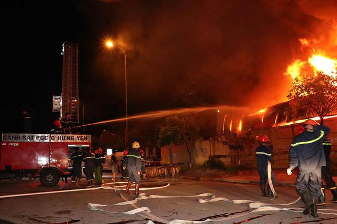 Cháy chợ Gạo Hưng Yên: Tiểu thương chỉ biết nhìn nhau khóc trước đống hoang tàn, đổ nát 1