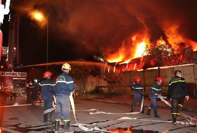 Cháy chợ Gạo Hưng Yên: Tiểu thương chỉ biết nhìn nhau khóc trước đống hoang tàn, đổ nát 3