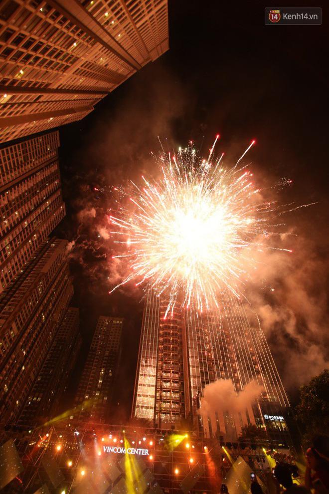 Hình ảnh Màn pháo hoa cùng bữa tiệc ánh sáng đèn LED hoành tráng ghi dấu sự kiện ra mắt Vincom Center Landmark 81 số 38