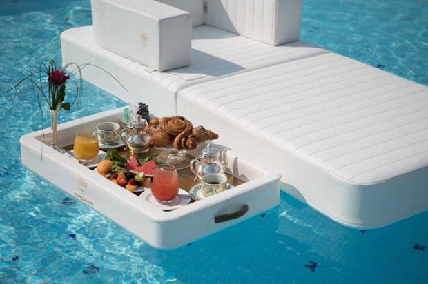 """Ăn sáng trên giường, trên bàn giờ xưa rồi, bây giờ phải khoe đồ ăn ở hồ bơi thì mới chuẩn phong cách """"rich kid"""" 2"""