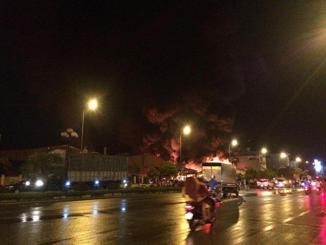 Cháy chợ Gạo Hưng Yên: Tiểu thương chỉ biết nhìn nhau khóc trước đống hoang tàn, đổ nát 11
