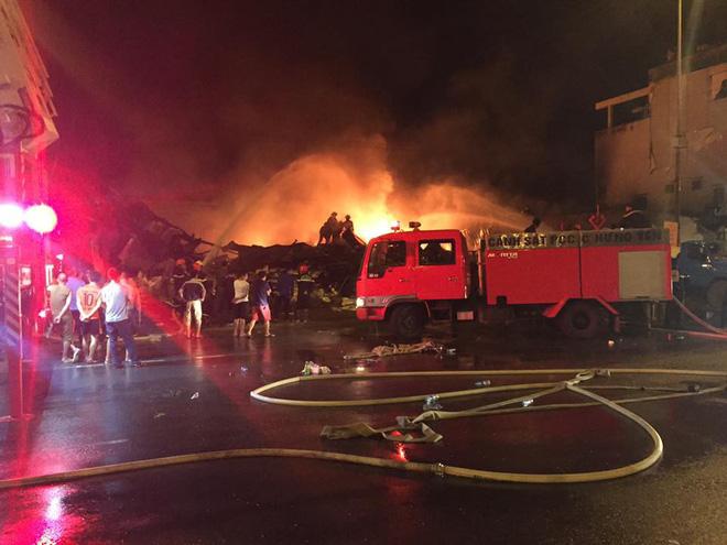 Cháy chợ Gạo Hưng Yên: Tiểu thương chỉ biết nhìn nhau khóc trước đống hoang tàn, đổ nát 10