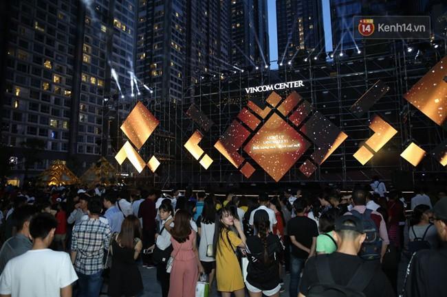 Màn pháo hoa cùng bữa tiệc ánh sáng đèn LED hoành tráng ghi dấu sự kiện ra mắt Vincom Center Landmark 81 - Ảnh 2.