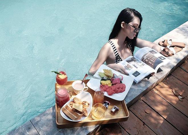 """Ăn sáng trên giường, trên bàn giờ xưa rồi, bây giờ phải khoe đồ ăn ở hồ bơi thì mới chuẩn phong cách """"rich kid"""" 3"""