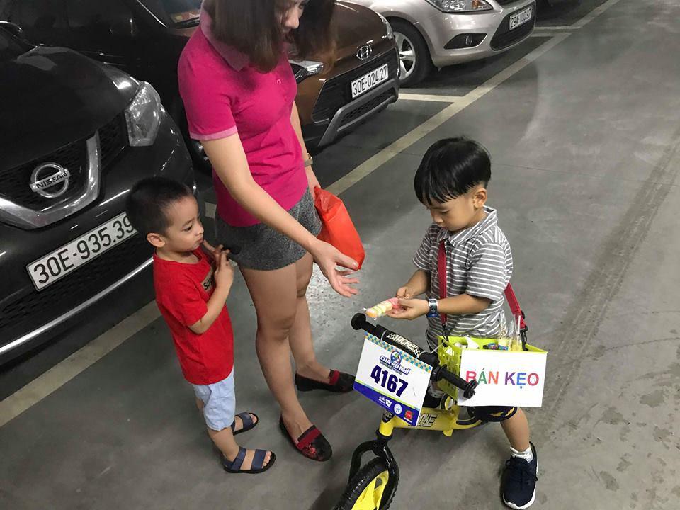 Lãi 178 nghìn đồng sau 2 buổi đi bán kẹo, cậu bé 4 tuổi ở Hà Nội học được nhiều điều nhờ cách dạy con kiếm tiền của mẹ 1