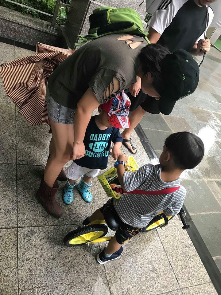 Lãi 178 nghìn đồng sau 2 buổi đi bán kẹo, cậu bé 4 tuổi ở Hà Nội học được nhiều điều nhờ cách dạy con kiếm tiền của mẹ 3