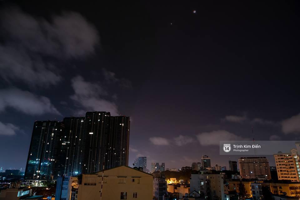 Giới trẻ Việt nô nức rủ nhau xem Nguyệt thực - sự kiện thiên văn hấp dẫn nhất thế kỷ 21