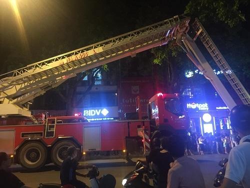 Hà Nội: Cháy nhà trên phố Trần Hưng Đạo trong đêm, 5 người mắc kẹt được cứu 2