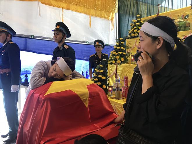 Người vợ gục lên di cốt liệt sĩ phi công Su-22 trước khi tiễn anh về nơi an nghỉ cuối cùng 4