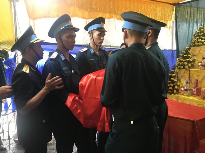 Người vợ gục lên di cốt liệt sĩ phi công Su-22 trước khi tiễn anh về nơi an nghỉ cuối cùng 7