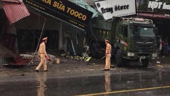 Xe tải tông sập nhiều nhà dân lúc rạng sáng, hai mẹ con tử vong 1