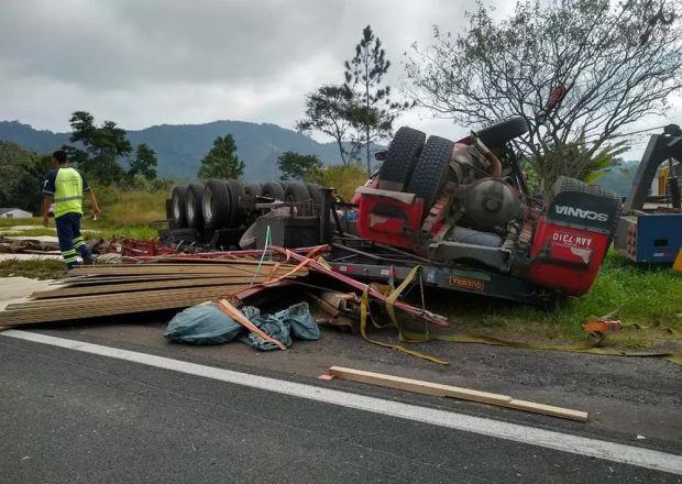 Thai nhi sống sót kỳ diệu khi văng khỏi bụng mẹ trong tai nạn giao thông thảm khốc 2