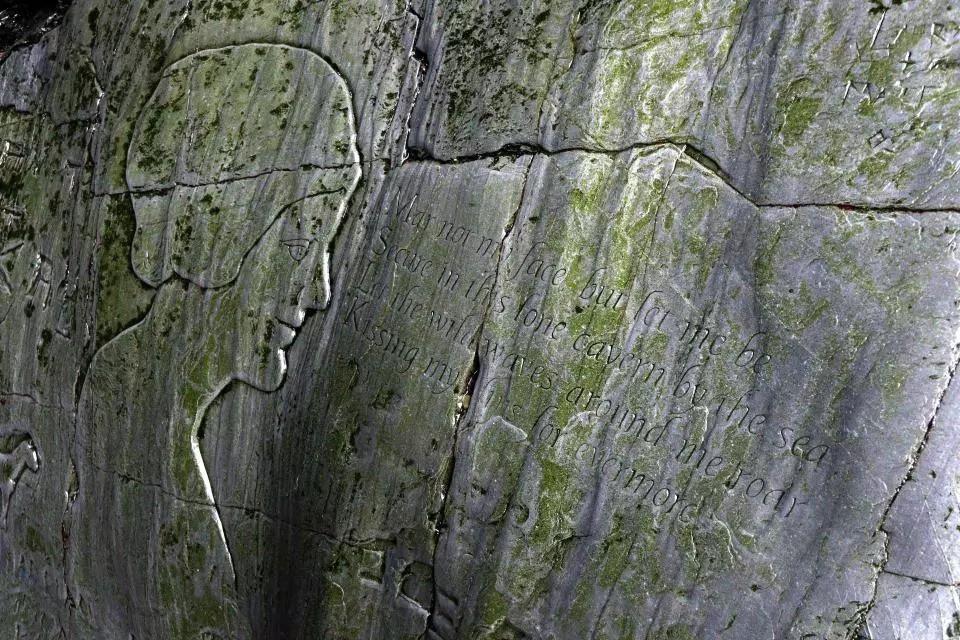 Sâu trong hang động ở bờ biển xinh đẹp nước Anh là chuyện tình đẹp nhưng đầy nỗi xót xa của đôi vợ chồng trẻ 3