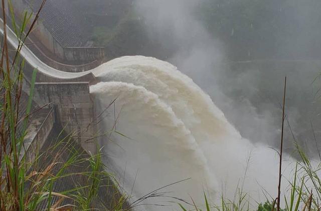 Người dân Nghệ An vội vã tháo nhà di tản khi thủy điện lớn nhất Bắc Miền Trung xả lũ 1